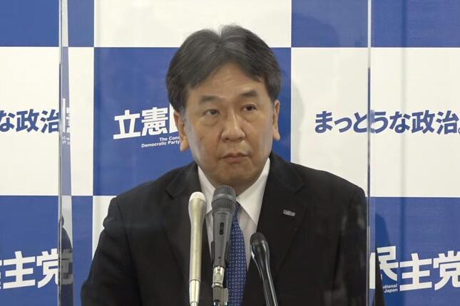 記者会見する立憲民主党の枝野幸男代表。マスクを外し、透明な板の前で会見に臨んだ(写真は党配信の動画から)
