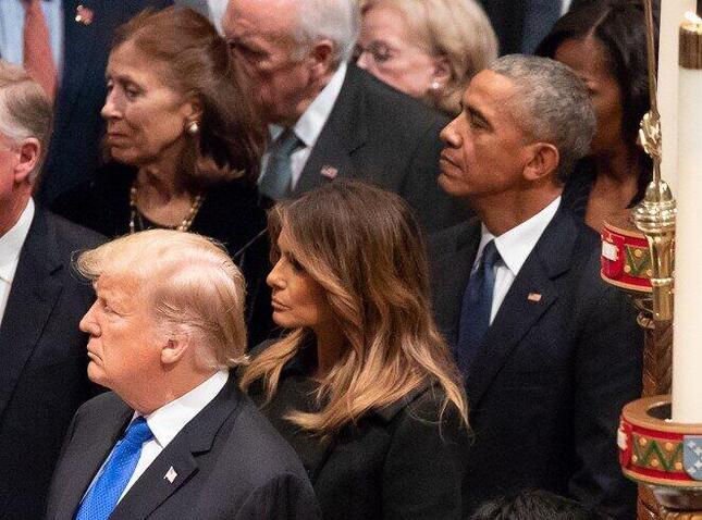 トランプ大統領が主張する「オバマゲート」とは?(写真は2018年、ブッシュ元大統領の葬儀に参列する両氏)