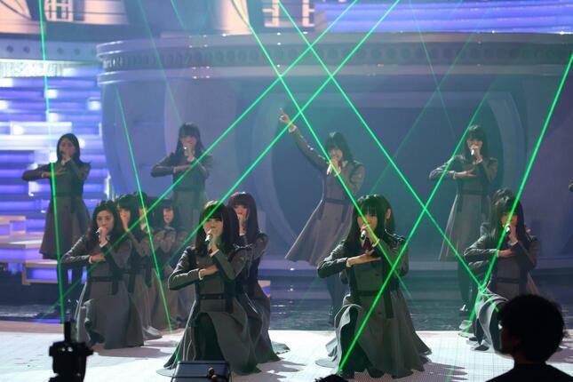 2016年NHK紅白歌合戦で「サイレントマジョリティ―」を披露した時の欅坂46のパフォーマンス