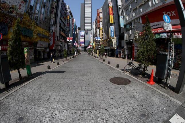4月8日、緊急事態宣言発令直後の歌舞伎町。多くの店が休業を余儀なくされた