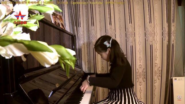 「NEW DPRK」の動画では、7歳の女の子が自宅でピアノを披露する
