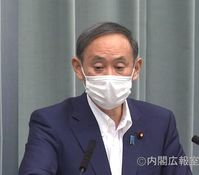 マスク姿で会見する菅官房長官(画像は政府インタ―ネットTV動画より)