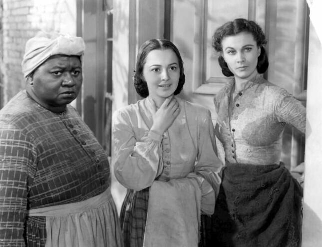 映画「風と共に去りぬ」より。左は黒人メイドのマミー役を演じたハティ・マクダニ エル。右がヴィヴィアン・リー扮する主人公スカーレット・オハラ