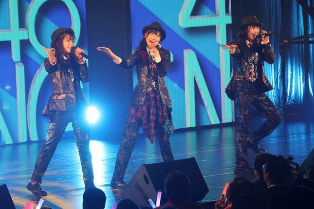 NGT48の新曲でセンターに選ばれた藤崎未夢(みゆ)さん(中央)。2020年1月のコンサートでは、序盤の楽曲「奇跡は間に合わない」でセンターを務めた
