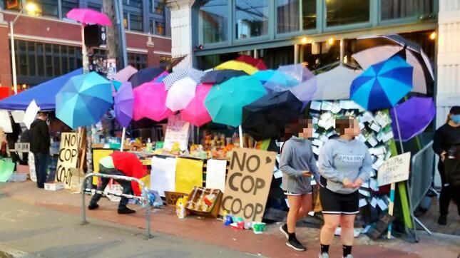警察の催涙ガスから防御するために使われた色とりどりの傘(2020年6月10日、ワシントン州シア トルで Ochloさん撮影、Wikimedia Commonsより)