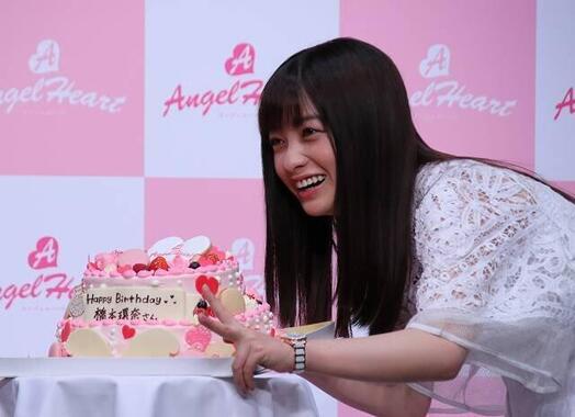 橋本環奈さん(20年2月)。上白石萌歌さんとの微笑ましい仲良しぶりが話題
