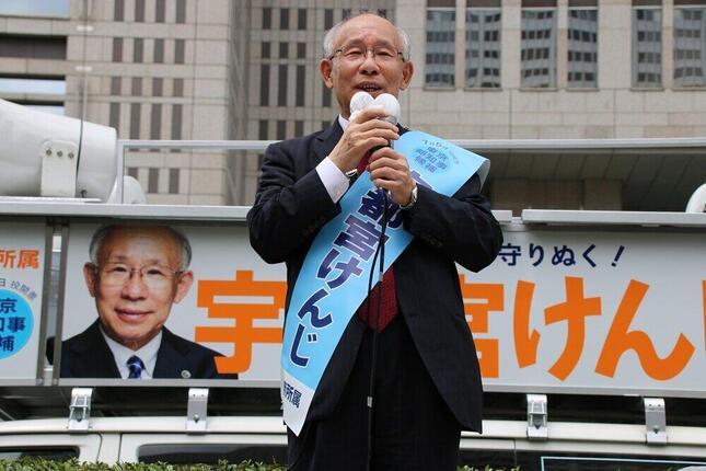 東京都庁前で第一声を行う宇都宮健児氏