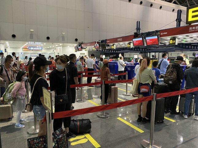 北京空港では、すべての乗客が飛行機に乗る前に、スマートホンの健康証明用バーコードをスキャンして、新型コロナに感染していないことを確認する。レストランやホテルでも同じだ(2020年6月16日、筆者撮影)