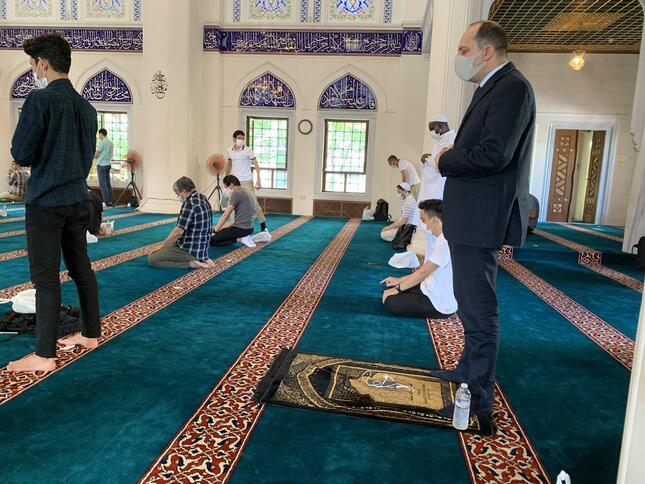 モスクの中では距離を置いて集団礼拝に立つ。