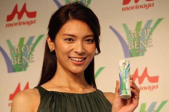 結婚を発表した秋元さん(2014年)