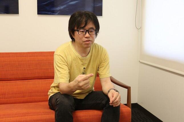 インタビューに答える関口勇さん