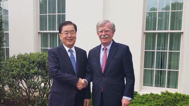鄭義溶(チョン・ウィヨン)国家安保室長(左)とボルトン前大統領補佐官(国家安全保障担当)(右)。2018年には握手を交わす仲だった(写真は青瓦台ウェブサイトから)
