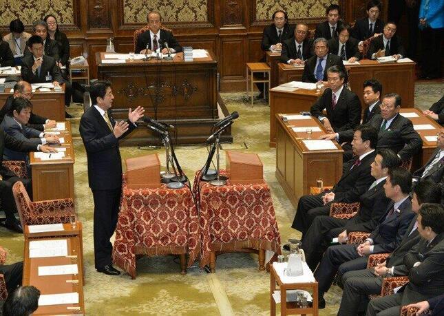 2012年11月14日に党首討論に臨む野田佳彦首相(当時、写真右)と自民党の安倍晋三総裁(同、写真左)。この日の党首討論で、野田氏は衆院解散を表明した(写真:Natsuki Sakai/アフロ)