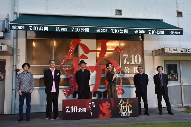 会見に登場した、左から奥山和由さん、武正晴監督、日南響子さん、佐藤浩市さん、加藤雅也さん、中村文則さん