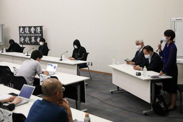 登壇した3人の在日香港人(写真奥)はマスク姿で、そのうちひとりは、黒いパーカーのフードを深くかぶっていた。写真手前の3人は奥から中谷元衆院議員(自民)、山田宏参院議員(自民)、山尾志桜里衆院議員(無所属)