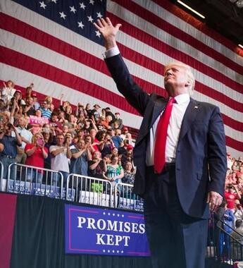 2017年にアイオワ州で開かれたトランプ支持者の集会で掲げられた星条旗。共和党の支持者には星条旗掲揚を重視する人が多い(Office of the President of the United State)