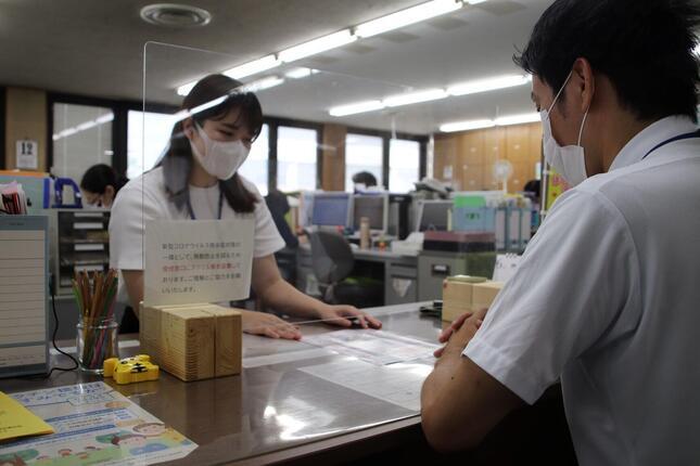 愛知県日進市はふるさと納税の返礼品に飛沫防止パネルを加えた(市提供)
