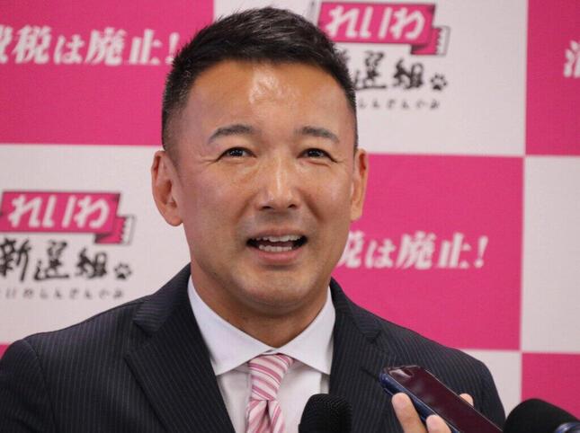 記者陣の取材に笑顔で答える山本太郎氏