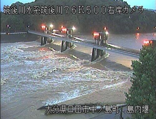 大分県日田市で氾濫した筑後川を映し出す国土交通省九州地方整備局のライブカメラから(7月7日午後7時過ぎ)