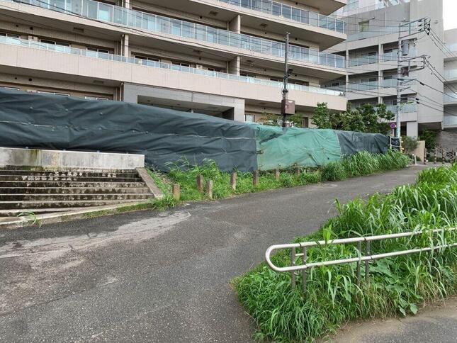 2019年10月の台風で多摩川から越水した場所に新たに設置された土嚢(20年7月8日撮影)