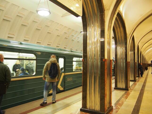 マヤコフスカヤ駅ホームと旧型車