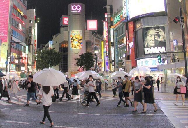 東京・渋谷の繁華街の客足は雨天もあって少なかった。都内では連日100人超の新型コロナ感染者が発表されていた(2020年7月6日)