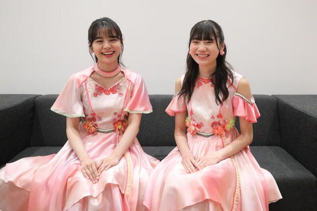 インタビューに応じるNGT48の本間日陽(ひなた)さん(左)と藤崎未夢(みゆ)さん(右)