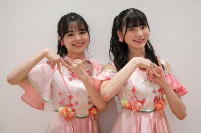 NGT48の本間日陽(ひなた)さん(左)と藤崎未夢(みゆ)さん(右)。新曲「シャーベットピック」では手で「N」の文字をつくる振り付けがある