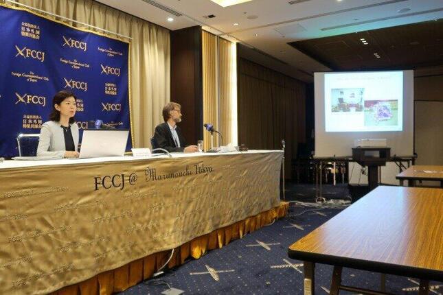 記者会見する公安調査庁の渡部亜由子・調査第二部第一課長(写真左)。公安調査庁が日本外国特派員協会で会見するのは初めてだ