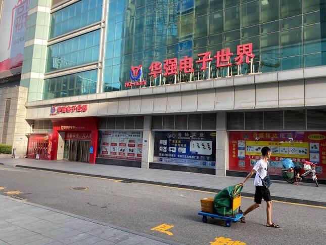 「中国の秋葉原」ともいわれる深センの「華強北電子街」。日曜日でも道行く人は少なく、かつての活気はない(2020年7月19日、筆者撮影)