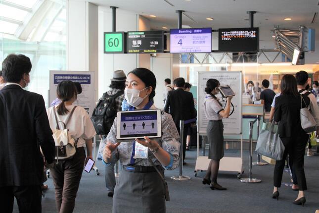 ANAは、これまでとは逆に、後部座席の乗客から搭乗の案内をしている(2020年7月22日午前、東京・羽田空港)