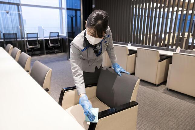 椅子の手すりやトイレのドアなど、人が触る場所はすべて毎日定期的に消毒しているという(ANA提供)