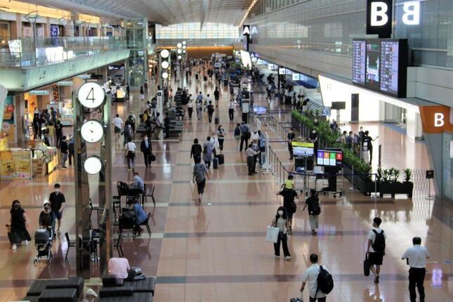 政府の観光支援策「Go To トラベル」の初日を迎えた東京・羽田空港。空港職員は「例年の連休前に比べて圧倒的に客が少ない」と話した(2020年7月22日午前)