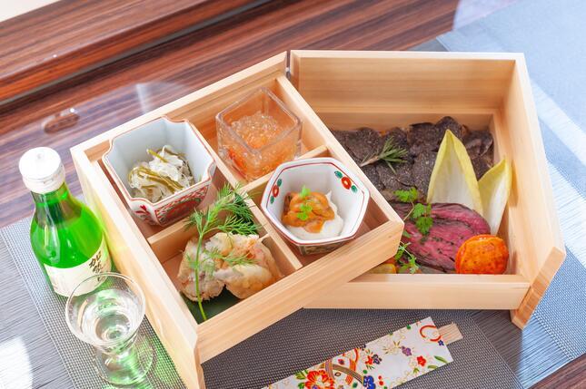 プライベートジェットで提供される機内食は、日本食や日本酒もオーダー可能だ(ANAビジネスジェット提供)