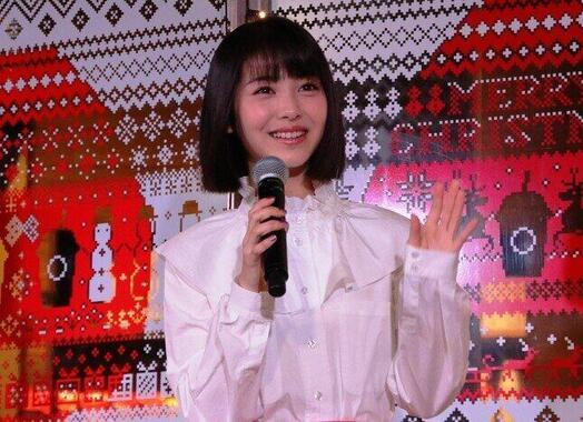 観客に手を振る浜辺美波さん(2018年撮影)