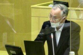 千代田区議会で答弁する石川区長(7月27日、区のインターネット中継サイトから)