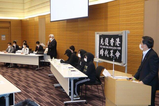 「対中政策に関する国会議員連盟」(JPAC)の設立総会には、呼びかけ人の国会議員(写真左)と、在日香港人でつくるグループ(写真右)が出席した