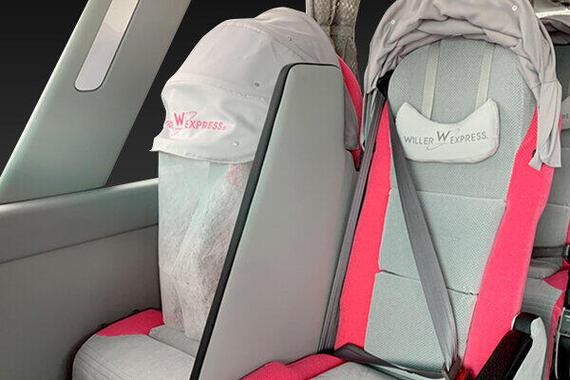 WILLER社のバスで導入した、カノピー(顔を隠せるフード)に装着した飛沫感染対策フェイスカバーと、顔の高さまである隣席との仕切り(WILLER社提供)