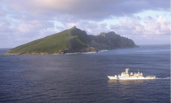 尖閣諸島・魚釣島周辺海域で監視警戒に従事する巡視船(写真は海上保安庁ウェブサイトから)