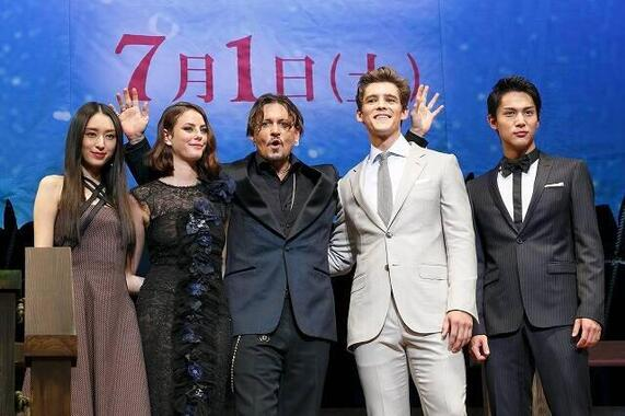 ジョニー・デップさん(中央)と対面した際の中川大志さん(右)(写真:Rodrigo Reyes Marin/アフロ)