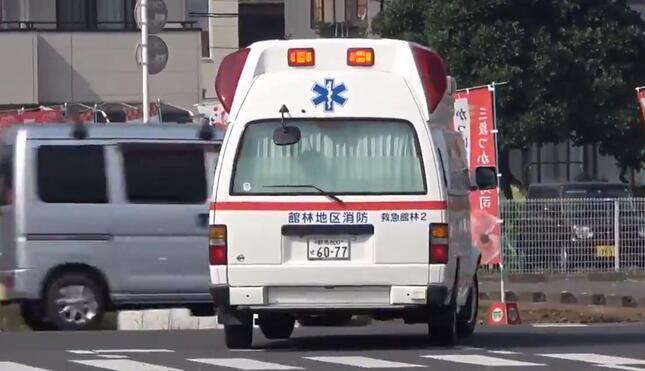 軽ワゴン車が救急車すれすれに横切り…(指揮統制SC@Direction__SCさん投稿の動画から)