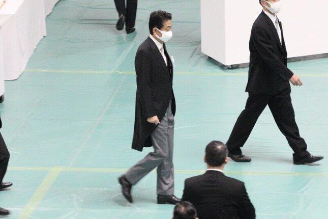 安倍晋三首相の態度をめぐり永田町では臆測が広がっている(写真は8月15日撮影)