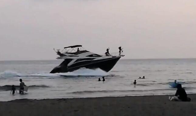 浜辺に近づき、あわや…(長嶋竜弘議員投稿の動画から)