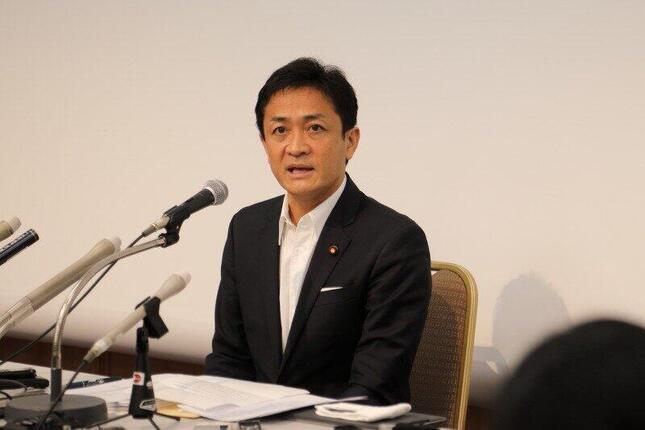 解党が決まった両院議員総会後に記者会見する国民民主党の玉木雄一郎代表