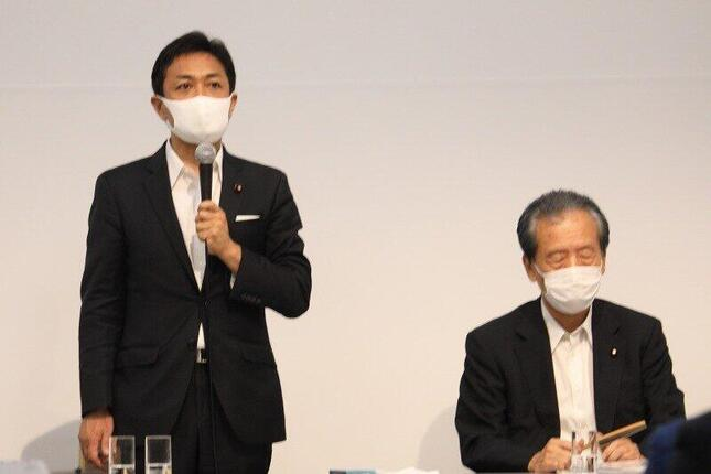 両院議員総会で解党が決まった後にあいさつする玉木雄一郎代表(左)。右側は平野博文幹事長