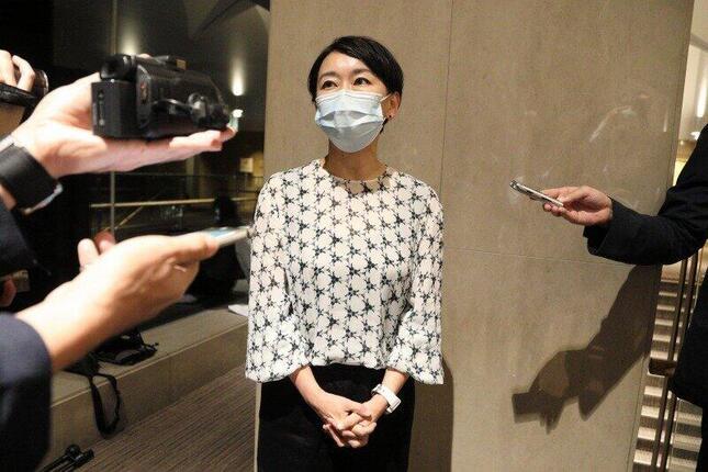 両院議員総会後に取材に応じる山尾志桜里衆院議員。合流新党には参加しないことを表明している