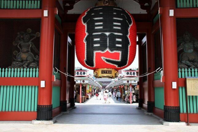 東京・浅草の浅草寺。沿道の仲見世商店街の土産物店の店主は「夏休みの時期になっても観光客が増えない」と嘆いた(2020年8月)