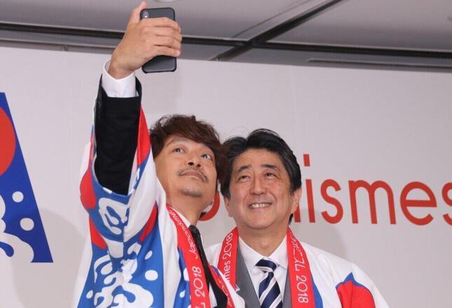 2018年7月、香取慎吾さんとの「自撮り」に笑顔を見せる