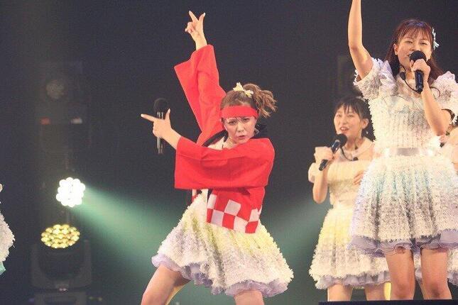 ステージ上で「ヲタ芸」を披露する村重杏奈さん。曰く「やっぱりオタクがいないなら、自分がオタクをするしかない」。