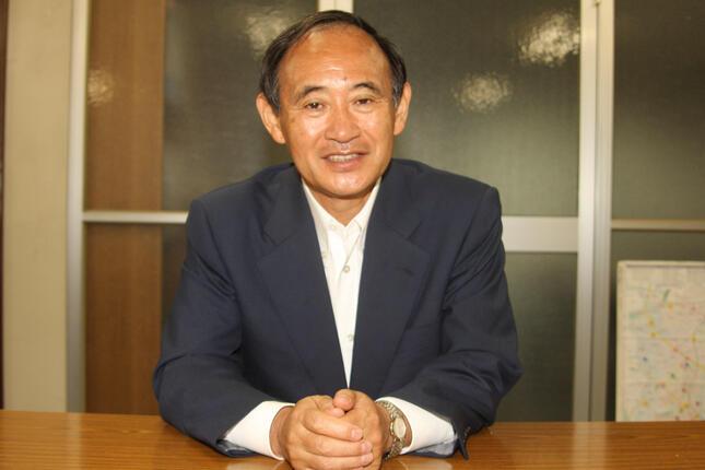 菅義偉官房長官は2010年のJ-CASTニュースのインタビューで、世襲制限の必要性を強調していた(2010年6月撮影)